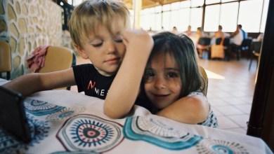Photo of Doi copii îndrăgostiți, despărțiți de soartă și de pandemie. Tatăl băiețelului a făcut un fel de magie și i-a adus din nou împreună