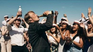 """Photo of Ca să fim fericiți, trebuie să avem o concentrație de 0,05 alcool în sânge. """"Another round"""", un excepțional film danez despre blazare și dragoste de viață, stropită cu băutură"""