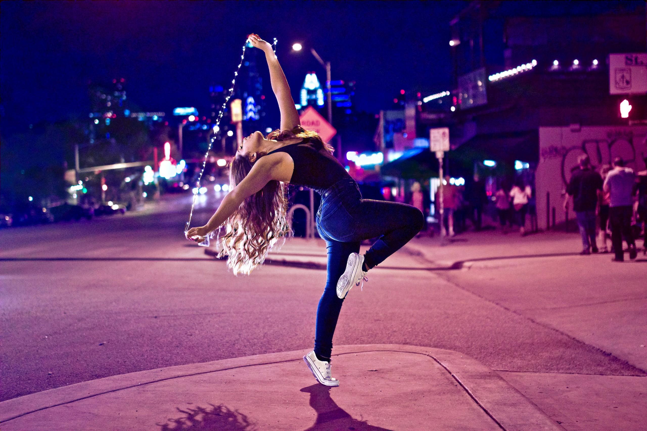 femeie dansând