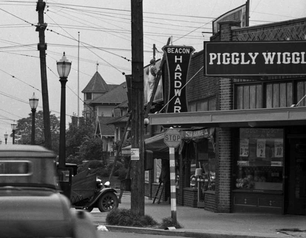 The Piggly Wiggly on Beacon Hill in about 1937 (Washington State Library via Paul Dorpat)