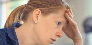 gondterhelt, fáradt fiatal nő