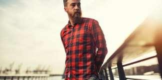szakállas férfi kockás ingben