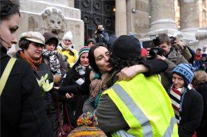 Támogatói és családtagjai köszöntik Geréb Ágnes szülész-nőgyógyászt (középen), amint távozik a Fővárosi Ítélőtábla épületéből