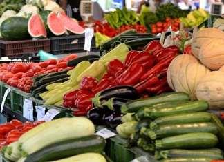 zöldség árus a piacon