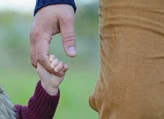 kisgyerek fogja apukája kezét