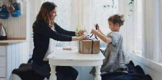 anya és fia ajándékot csomagol