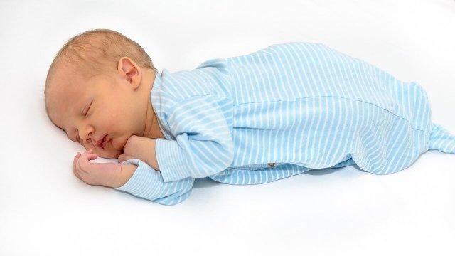 oldalfekvésben alvó baba