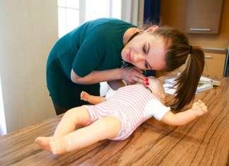 Csobot Adél baba-elsősegély tanfolyamon