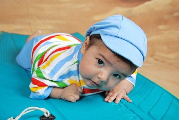 Fejét emelő 3 hónapos baba