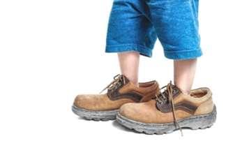 felnőtt cipő kisgyerek lábán