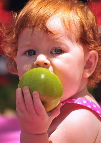 kislány almát eszik