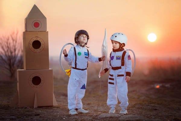 űrhajósnak öltözött gyerekek