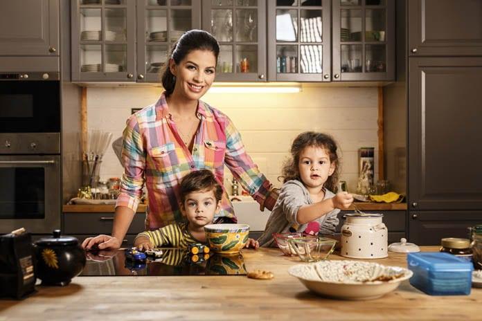 Ördög Nóri gyerekeivel a konyhában