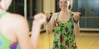 fiatal nő tornázik