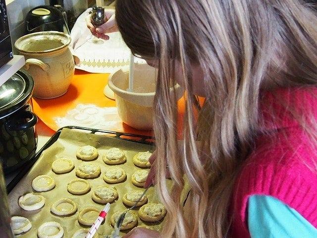 kislány süteményt süt