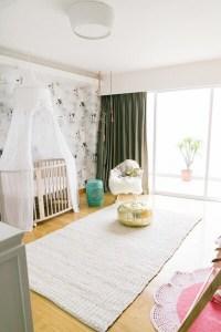 világos babaszoba baldahinos kisággyal fehér szőnyeggel