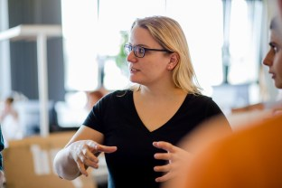 Agile Marketing: Product-Owner Helen Schrader beim Daily Scrum.