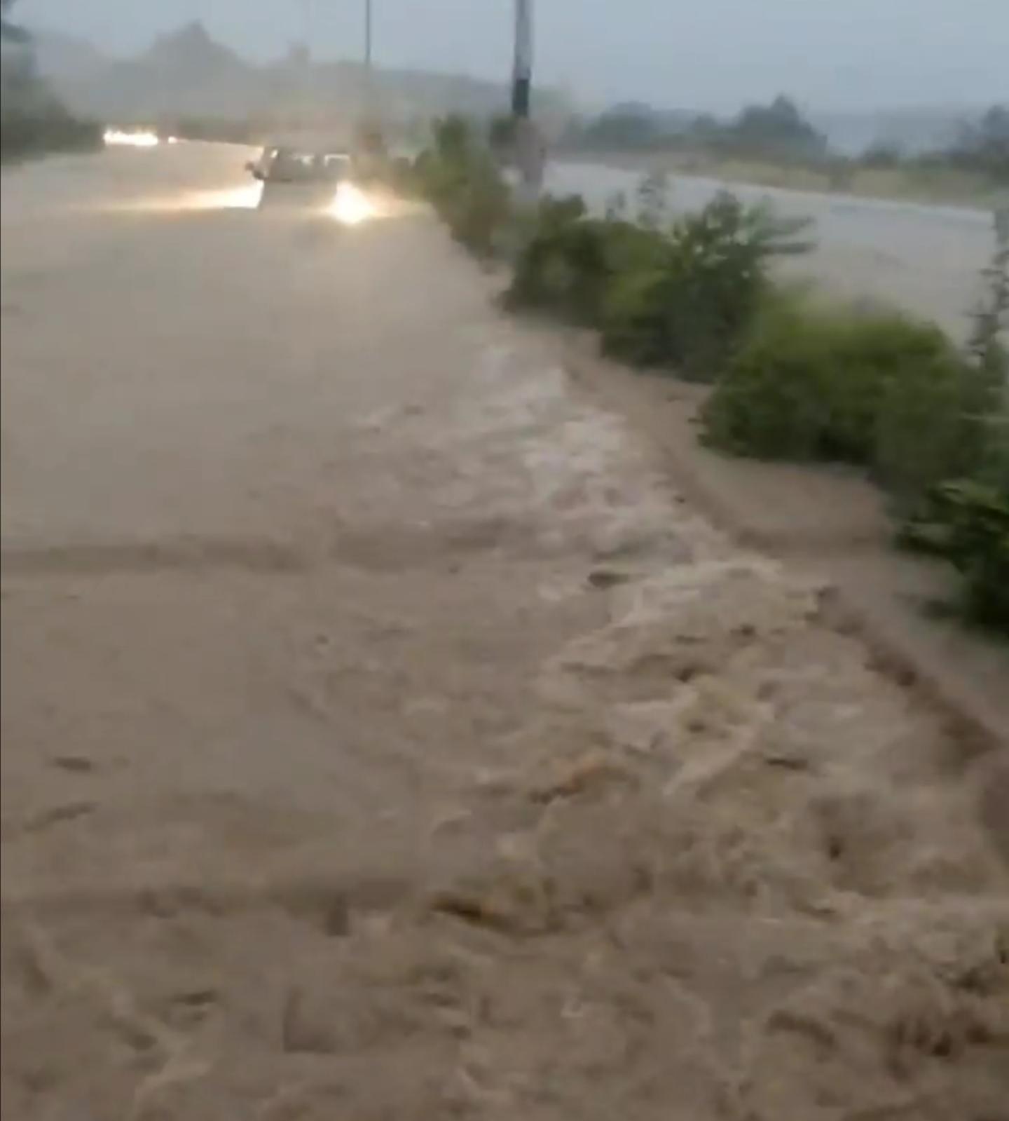 Автомобилите возат скоро потопени: Застрашувачко видео од влезот во Битола!