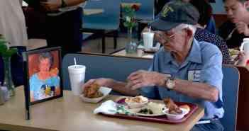 Това е приказка за любовта стара, колкото света и докосва сърцата на хората в социалните медии.
