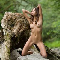 Clover gaat naakt in de natuur