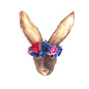 papiermache haasje met blauwe bloemenkrans