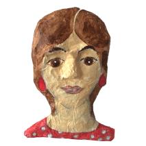 papiermache dame met opvallende rode oorbellen
