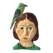 papiermache portret van meisje met vogel op schouder