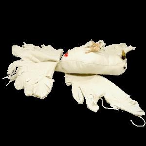 duif op zijn rug gemaakt van textiel en houten takje als bek