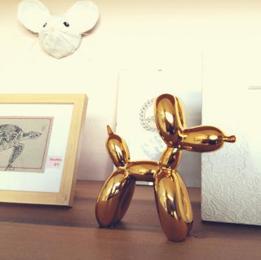 muis in kat naast gouden hond