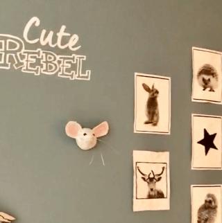 papiermache muisje op muur van stoere jongen