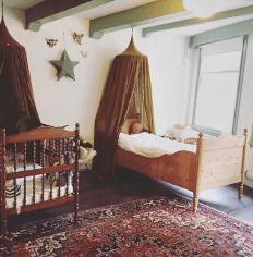 drie leuke papiermache dierenkopjes aan de muur van een kinderkamer