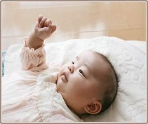 赤ちゃんにオムツ替えをしているけど、足バタバタさせて泣いている所