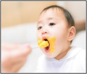 赤ちゃんが便秘を解消するために、食べ物や薬を与えている画像