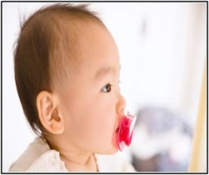 赤ちゃんが便秘解消のために、食べ物や薬を与えている画像