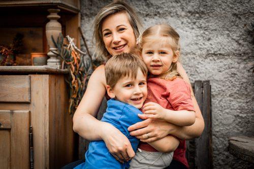 Les enfants posent pour la photo avec maman