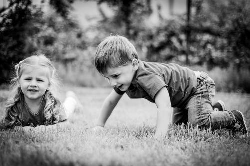 Les enfants crapahutent dans l'herbe
