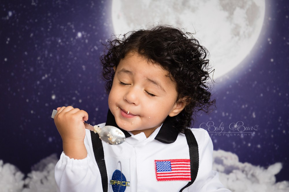 Baby eating cake in Cake Smash photoshoot