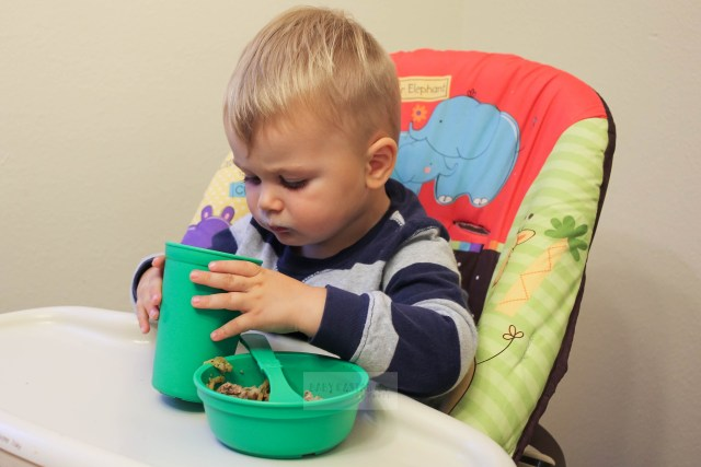 A review of Re-Play toddler tableware which comes in fun colors that you can mix and match. Re-Play tableware is both sustainable and affordable. - Re-Play Baby & Toddler Tableware Review by popular DC mommy blogger Baby Castan on Board
