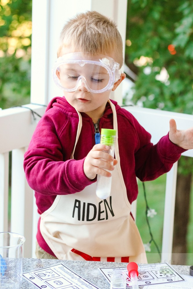 3 Easy Science Experiments for Toddlers to Try featured by top DC mommy blogger, Baby Castan on Board: fizzy science experiment