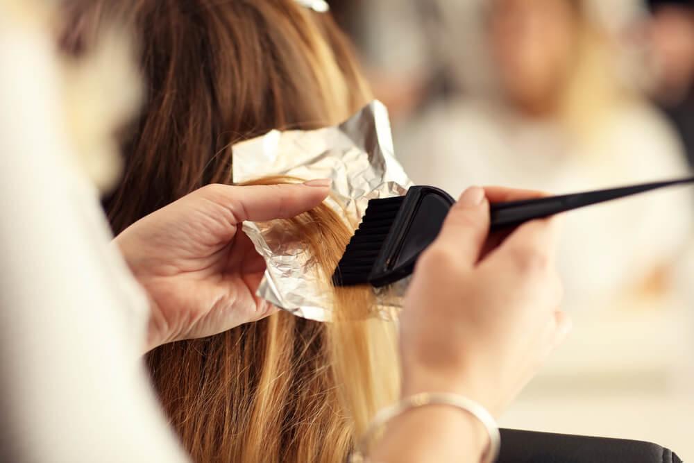 Tintura, alisamento e outros tratamentos de cabelo na gravidez são proibidos?