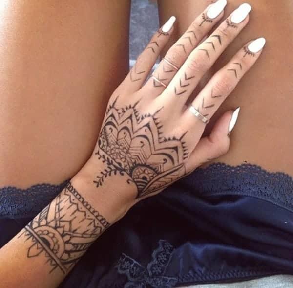 Comment faire vos propres tatouages au henné - tatouage temporaire au henne - Babylone Paris