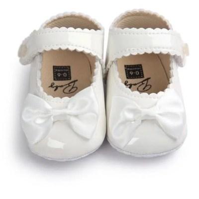 Zapatos cuero blanco.