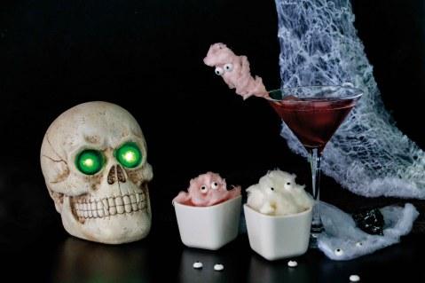 Black Widow alias Schwarze Witwe Halloween Drink und Zuckerwattergeister // Black Widow Drink an s cotton candy ghosts by http://babyrockmyday.com/schwarze-witwe-halloween-drink/