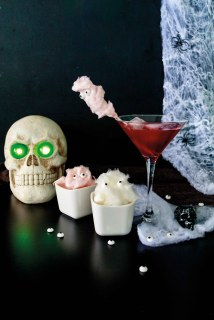 Black Widow alias Schwarze Witwe Halloween Drink und Zuckerwattergeister // Black Widow Drink an s cotton candy ghosts by http://babyrockmyday.com/schwarze-witwe-halloween-drink/