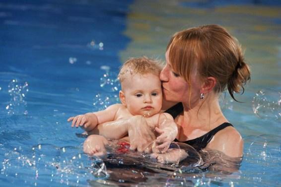 Mutter küsst Kind mit Seifenblasen - Schwimmschule Josefino Dortmund. © Joe Kramer