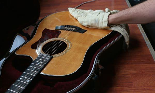 Bersihkan body gitar