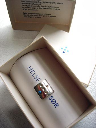 Emballasje med nålen/ The Box with the needle