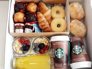 Desayuno ¡Buenos días! 5  ¿Quieres una sorpresa romántica? Una caja especial con rosas, champagne, fresas con chocolate y macarons.