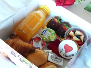 """Desayuno Sweet Love 15  <div class=""""j-module n j-text""""><strong>EL PACK DESAYUNO INCLUYE:</strong>- Zumo de naranja natural 250ml.- 2 croissans de mantequilla.- 2 mini napolitanas.- 2 panecillos.- 2 Surtido de mermeladas.- 2 mantequillas.- Botella de cava Freixenet- Macedonia de fruta natural.- Un mini pastel.- Una vela.</div> <strong>🕦 Realiza tu pedido antes de las 6:00pm y recíbelo mañana o el día que tu elijas.</strong>"""