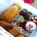 """Desayuno Deluxe 1  <div class=""""j-module n j-text""""><strong>EL PACK DESAYUNO INCLUYE:</strong>- Zumo de naranja natural 250ml.- 2 croissans de mantequilla.- 2 napolitanas de chocolate.- 2 piezas de bolleria aleatoria.- 2 mantequillas.- 2 mermeladas.- 2 panecillos.- Terrina de tomate triturado/tomate entero.- 100gr de jamón ibérico.- Botella de champagne Moët & Chandon- Macedonia de fruta natural y del bosque.</div> <strong>🕦 Realiza tu pedido antes de las 6:00pm y recíbelo mañana o el día que tu elijas.</strong>"""